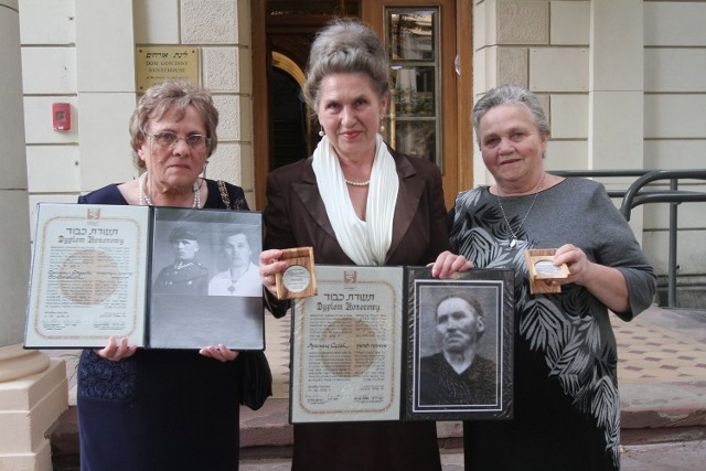 Medale Sprawiedliwy wśród Narodów Świata odebrały 23 sierpnia w siedzibie Gminy Wyznaniowej Żydowskiej w Łodzi potomkinie Edwarda i Marianny Szubańskich oraz Antoniny Łężak