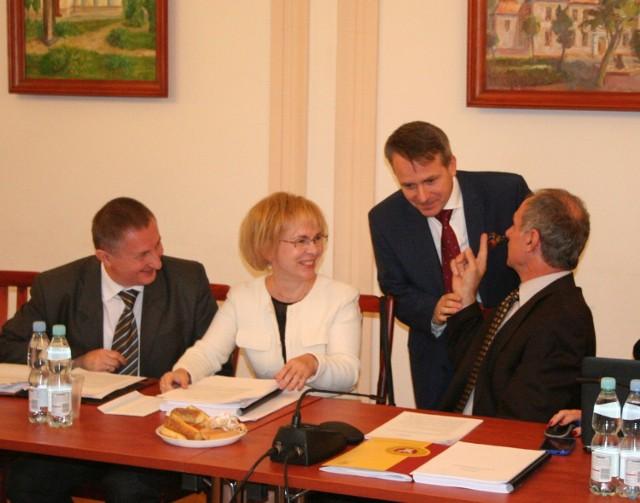 Przed sesją burmistrz Jerzy Bauer wita się z radnymi