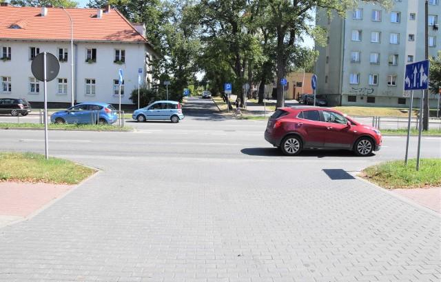 Czy zgodnie z sugestią inowrocławianina konieczne będzie zakazanie przy wyjeździe z parkingu pod starostwem skrętu w lewo w al. Ratuszową? Radny powiatowy Andrzej Skrobacki sugeruje, by wypowiedzieli się w tej sprawie mieszkańcy