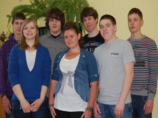 Kamil Jastrzębski (od lewej), Agata Kapelańczyk, Michał Trusewicz i Karolina Olobry oraz inni laureaci konkursów nie muszą już zdawać egzaminów gimnazjalnych