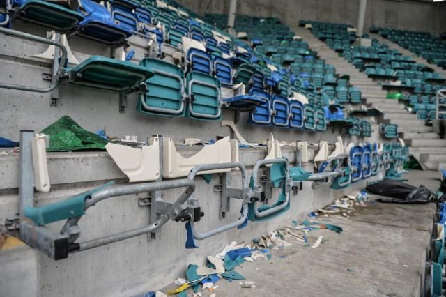 Zniszczony stadion po meczu Arki Gdynia z Lechią Gdańsk