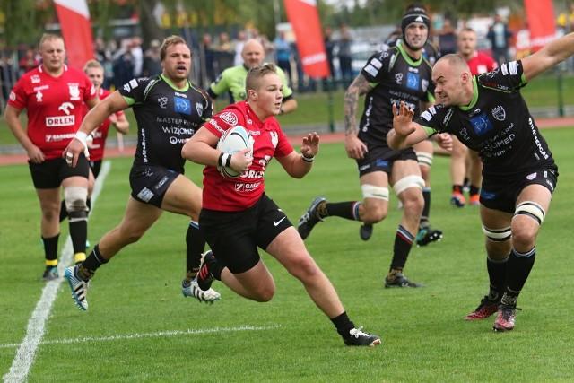 Pierwszy raz w 10-letniej historii spółki Master Pharm Rugby Łódź (czarne koszulki), zespół ten nie jest faworytem w starciu z Orkanem Sochaczew (czerwone). Na zdjęciu fragment meczu z października zeszłego roku między tymi drużynami. W Sochaczewie łodzianie wygrali 26:7