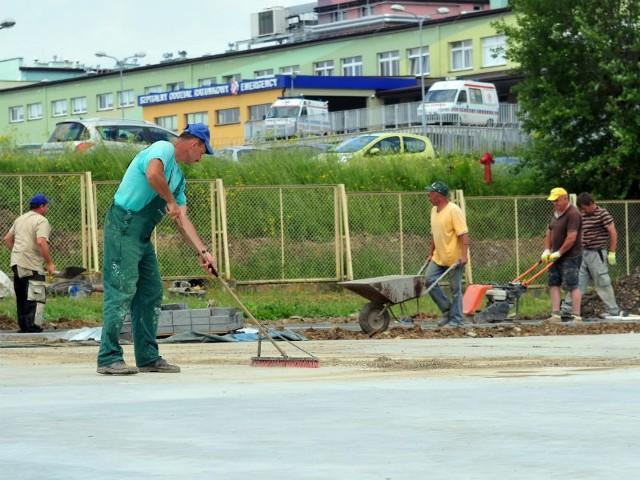 Trwają ostatnie prace przy przebudowie lądowiska przy szpitalu.