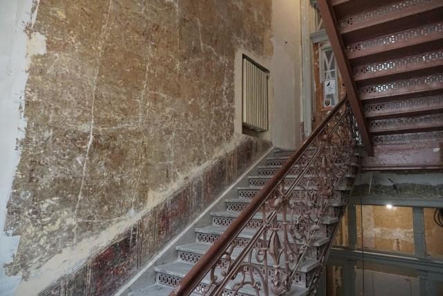 Cenne dekoracje odkryto podczas renowacji zabytkowej kamienicy Konrada Haessnera z początku XX wieku przy ul. Roosevelta 17, jednej z najładniejszych w Łodzi.