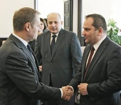 Premier Donald Tusk, szef kancelarii premiera Tomasz Arabski oraz wiceminister spraw zagranicznych RP Mikołaj Dowgielewicz (w głębi) podczas posiedzenia rządu Fot. PAP/Paweł Supernak