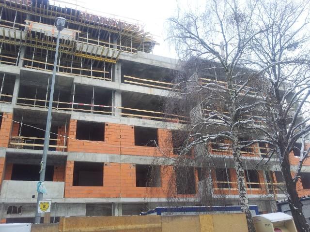 Nowy blok mieszkaniowyGdyby rodzina chciała kupić 50-metrowe, nowe mieszkanie w Warszawie, to w formie dopłat w Rodzinie na Swoim mogłaby otrzymać ponad 77 tys. zł.