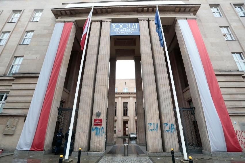 Pod koniec na budynku Ministerstwa Edukacji Narodowej w...