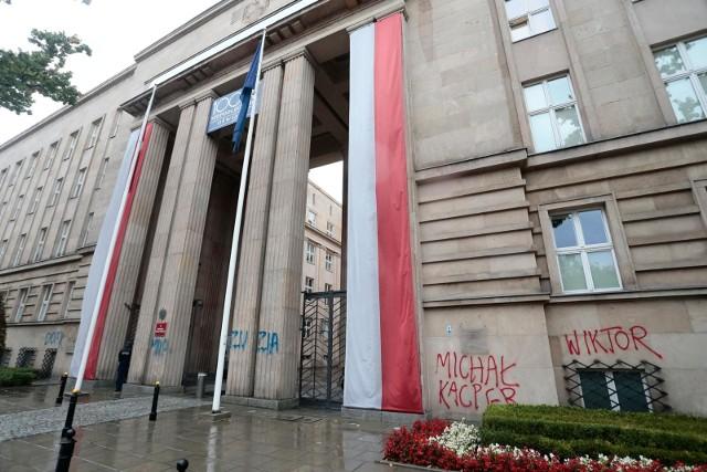 """Pod koniec na budynku Ministerstwa Edukacji Narodowej w Warszawie ktoś wymalował hasło """"twoje dziecko LGBT+"""" oraz wypisał imiona młodych osób ze społeczności LGBT, które popełniły samobójstwo."""