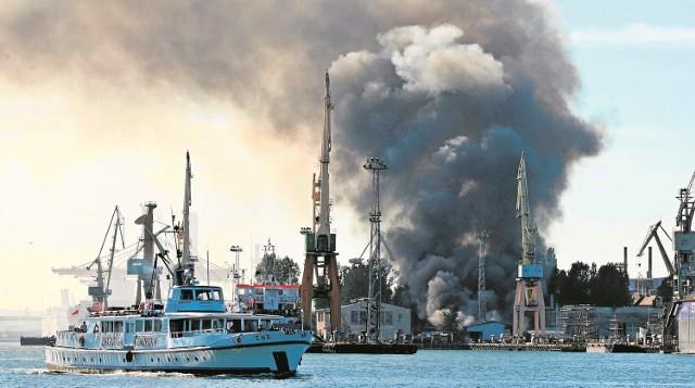 Pożar hali w Stoczni Marynarki WojennejPożar jednej z hal w Stoczni Marynarki Wojennej wyglądał bardzo groźnie. Jego ugaszenie było skomplikowane, bowiem wewnątrz składowane były materiały łatwopalne, farby, a także pontony ratownicze. Akcja ratunkowa trwała trzy godziny. Na szczęście pracownicy zdążyli w porę opuścić halę i nikt nie ucierpiał.Pożar w gdyńskiej stoczni. Płonęła hala z łatwopalnymi materiałami [WIDEO, ZDJĘCIA]Wideo: Tomasz Bołt