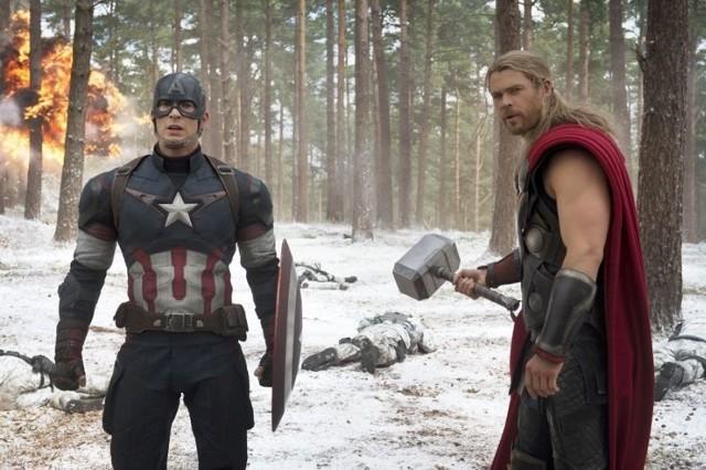 Kadr z filmu - Avengers: Czas Ultrona. Na zdjęciu Chris Evans (z lewej) i Chris Hemsworth.