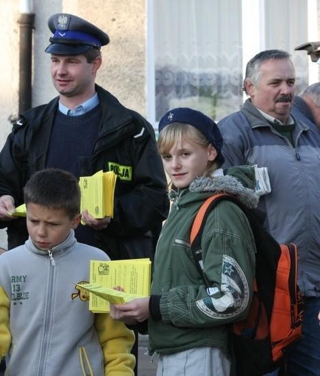 Marianna Wower wspólnie z policją rozdawała w sobotę ulotki na targowisku przy ul. Owocowej.