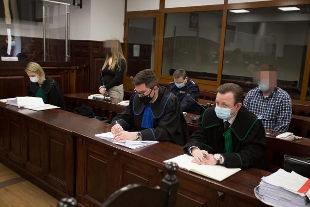 Pierwszy dzień procesu w sprawie znęcania się nad bliźniaczkami i skatowanie jednej z pięciolatek.