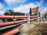 Tymczasowy ciepłociąg na mostach Pomorskich. Szpetne rury znikną (ZDJĘCIA)