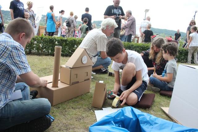 Wielu chętnych wzięło udział w budowaniu miasta z kartonów