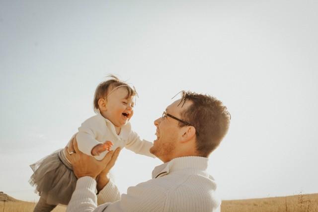Kiedy jest Dzień Ojca? Data tego święta zbliża się wielkimi krokami, choć wielu z nas nie wie, kiedy jest ono dokładnie. Warto to sprawdzić i nie spóźnić się z życzeniami!