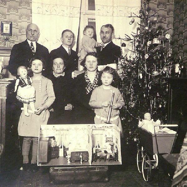 Gwiazdka w domu państwa Boreckich. Józef trzyma na rękach najmłodszą córeczkę Basię, obok żona Helena z Zosią, po lewej Janeczka, najstarsza z córek. Jest także 17-letni Alojzy Jęchorek, brat pani Heleny i znajomi, p. Kryszakowie.