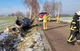 Wypadek w Kraszewie Czarnym, gm. Boguty-Pianki. Auto wypadło z drogi. 11.1.2021. Zdjęcia
