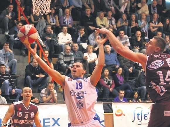 Łukasz Pacocha (z piłką) rzucił Startowi dziewięć punktów.