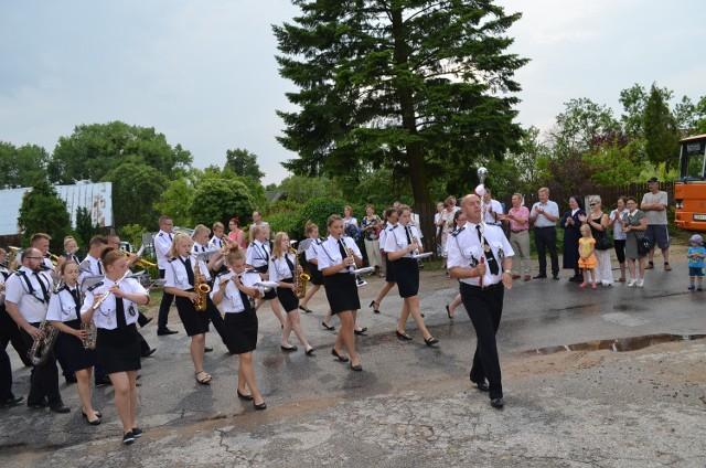 Na początku imprezy orkiestry przemaszerowały przez wieś. Orkiestra z Bysławia dostała puchar za przemarsz paradny.