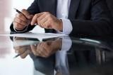 Aneks do umowy o pracę. Kiedy szef może zaproponować porozumienie zmieniające? Czy pracownik musi podpisywać aneks do umowy?