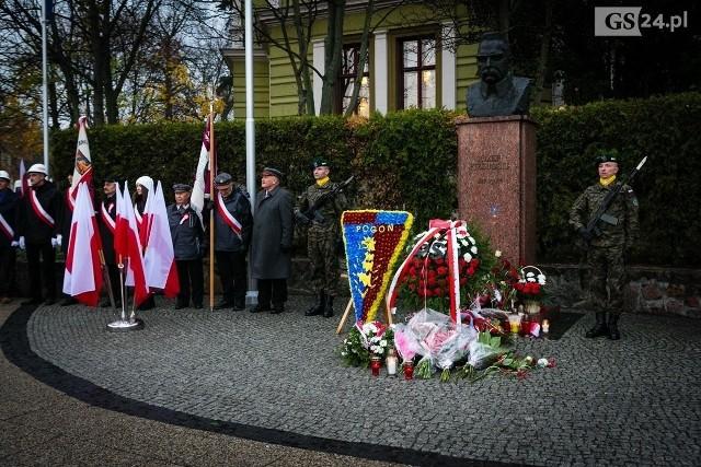 Popiersie Marszałka Józefa Piłsudskiego na pl. Szarych Szeregów w Szczecinie, obchody Święta Niepodległości.