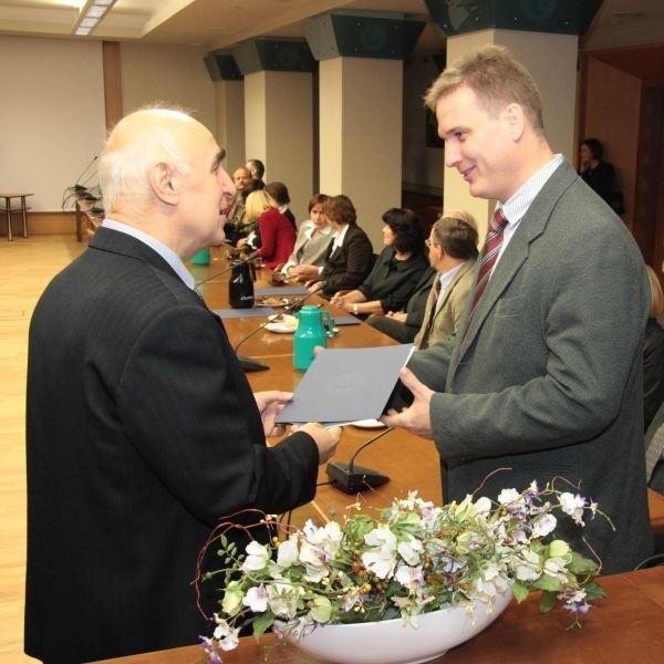 Naukowców wyróżniono za osiągnięcia organizacyjne, badania naukowe i pracę ze studentami.Jarosława Mamalę (z prawej) rektor Jerzy Skubis docenił za konstruowanie układów napędowych.