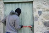Te znaki na murach domów i kamienic mogą zostawiać złodzieje. Co oznaczają?