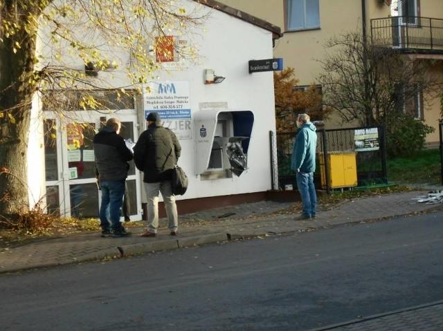 Wysadzony bankomat znajdował się przy skrzyżowaniu ulic Dworcowej i Armii Poznań w pobliżu komisariatu policji.