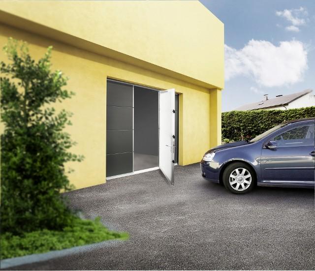 Brama z drzwiamy przejściowymiJedną z zalet drzwi przejściowych w bramie Secura jest niski próg (wysokości 28 mm). Dzięki temu przejeżdżanie i przechodzenie przez drzwi jest bezpieczne i wygodne.