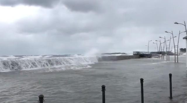 Niebezpieczna pogoda w regionie. W darłowskim porcie od rana można obserwować cofkę. Stan wody w kanale podnosi się, a to wszystko wskutek silnych wiatrów wtłaczających wodę w górę rzeki. Potężne fale przelewają się przez falochron. Na Bałtyku panuje obecnie sztorm, spiętrzone fale mogą przedostawać  się na ląd, a to oznacza, że może dochodzić do podtopień. W darłowskim porcie obowiązuje obecnie pogotowie przeciwsztormowe.