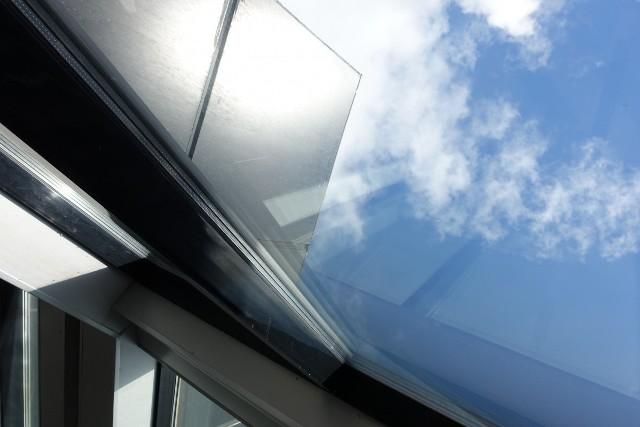 Folia przeciwsłoneczna na oknoPomimo swojej prostoty, folie przeciwsłoneczne są dość trwałe – dobrej jakości produkt tego typu może nam służyć nawet przez ponad 10 lat.
