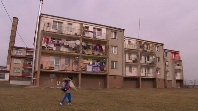 W tym budynku mieszka rodzina, której wójt chce dokwaterować mieszkancówZamieszka z obcymi ludźmi, bo nie stać jej na wykup mieszkania (WIDEO)