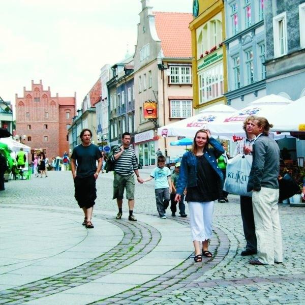 Na olsztyńskim rynku nawet podczas brzydkiej pogody jest pełno ludzi. Kuszą kawiarenki, fontanna, olsztyńskie kwiaciarki....