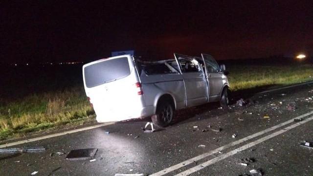 W poniedziałek w miejscowości Kościelna Wieś niedaleko Kalisza doszło do zderzenia busa z tirem. Kierowca pierwszego z aut poniósł śmierć na miejscu. Zobacz więcej zdjęć ---->