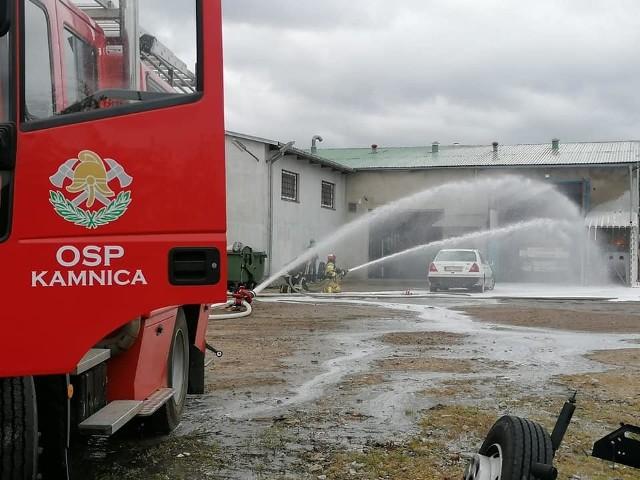 W sobotę doszło do pożaru w warsztacie samochodowym przy ul. Górnej w Miastku. Podczas pracy zapaliła się butla z acetylenem. Strażacy ugasili pożar i schłodzili butlę. Na miejscu działali: zastęp JRG PSP z Miastka oraz OSP z Dretynia, Kamnicy, Piaszczyny i Wałdowa. Akcja trwała kilka godzin.