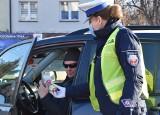 """Wyszków. Policjantki nie zapomniały o Dniu Mężczyzn. Akcja """"Prawdziwy mężczyzna – bezpieczny kierowca"""". 10.03.2021. Zdjęcia"""