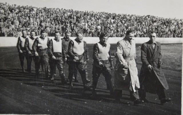 Zawodnicy i stadion Stali na starych zdjęciach. Wspaniała pamiątka dla każdego kibica