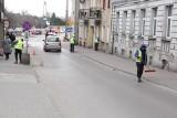 Wielkie zamiatanie brzezińskich ulic - najpierw szczotkami, potem zamiatarką