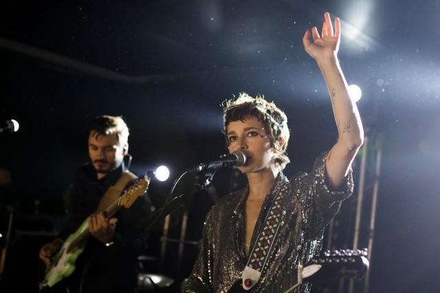 """Wiele dobrego można powiedzieć również o Brodce – niegdyś niepozornej wokalistce z telewizyjnego talent-show """"Idol"""", a dziś niezależnej i odważnie eksperymentującej piosenkarce, która dyktuje trendy i wytrwale idzie pod prąd. Najdobitniej pokazała to na swoich ostatnich krążkach: folkowej i żywiołowej """"Grandzie"""" z 2010 roku oraz wydanym zaledwie kilka miesięcy temu """"Clashes"""", na którym zagrała na ambitną, indie popową nutę, debiutując na pierwszym miejscu polskiej listy sprzedaży."""