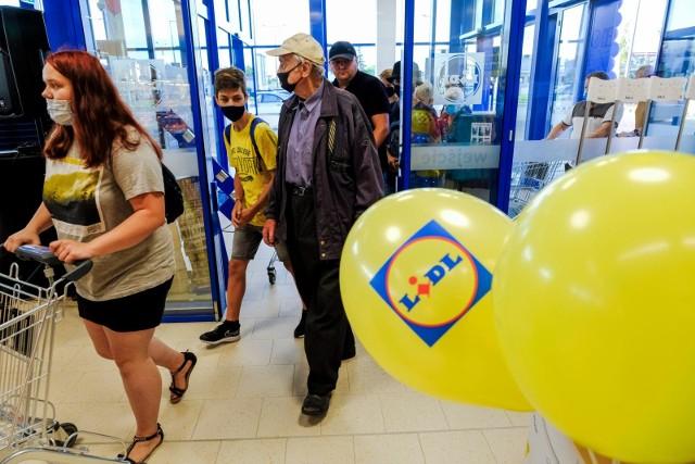Niedzielne zakupy w Lidlu? To możliwe. To kolejna sieć, która postarała się o status placówek pocztowych dla swoich sklepów.Już od najbliższej niehandlowej niedzieli 5 września 2021 niektóre sklepy sieci Lidl będą mogły zostać otwarte.