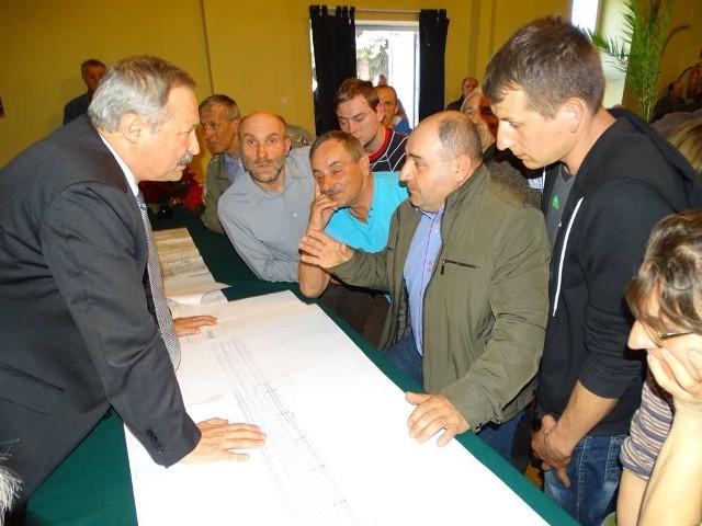Właściciele gruntów wnikliwie oglądali mapy i wykresy