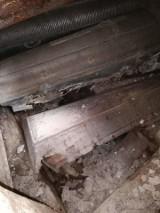 Dziura wybita w posadzce kaplicy na cmentarzu w Targowiskach odsłoniła kryptę z trumnami. Czy to profanacja? Policja prowadzi dochodzenie