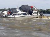 Dramatyczne chwile na rzece. Łódź ugrzęzła na Wiśle, dwie dziewczynki z łodzi uratowali policyjni wodniacy