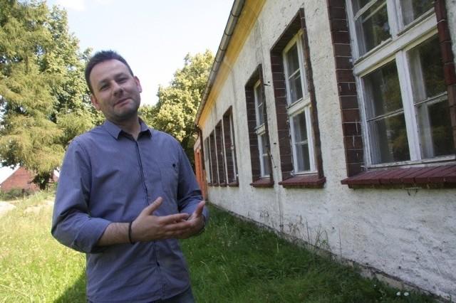 Sławomir Kołecki pokazuje budynek, w którym ma być hospicjum.