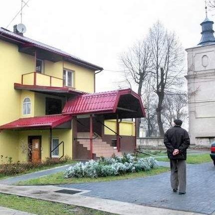 Parafian z Jeleńca na Lubelszczyźnie denerwuje, że ksiądz proboszcz dba o plebanię, rozbudowuje ją i remontuje, a skąpi na ogrzewanie w kościółku