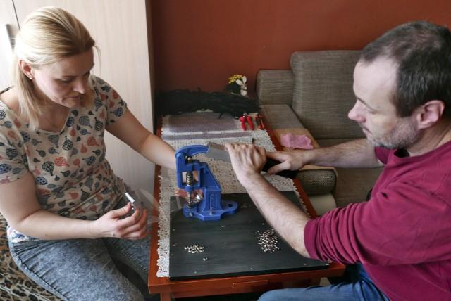 Rodzina z Lublina wytwarza w domy przyłbice dla lekarzy. Dostarczyli szpitalom już około 500 sztuk