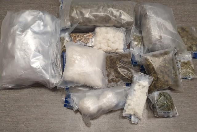 Policjanci z Chełmna u trzech 36-latków znalazła spore ilości narkotyków. Towar nie trafi na rynek