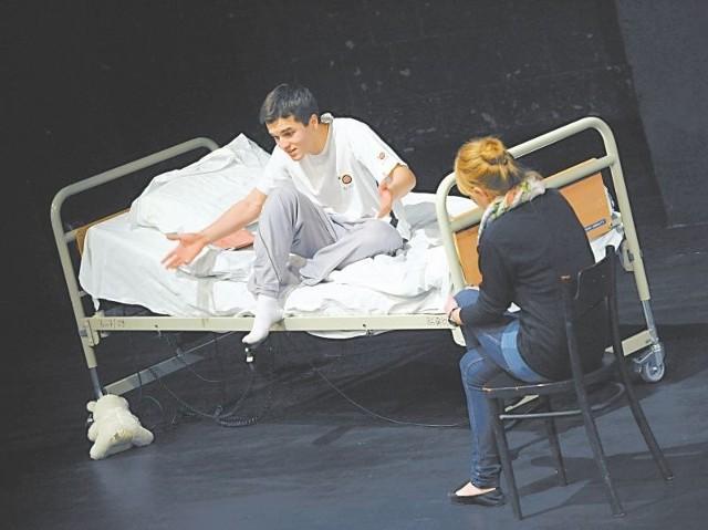 Dla Grzegorza Łabudy, znakomitego odtwórcy roli Oskara, najtrudniejsze było zagranie wściekłości na mamę i tatę, gdy bohater za swoimi plecami, w niefajny sposób dowiaduje się, że umiera.