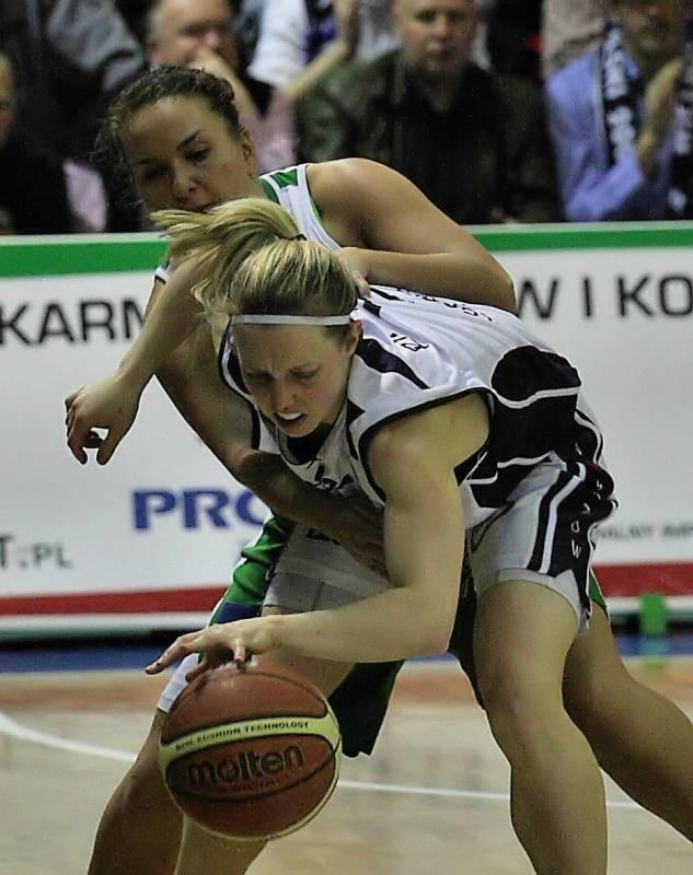 Udanymi występami w polskiej ekstraklasie i Eurolidze rozgrywająca KSSSE AZS PWSZ Gorzów Samantha Richards (z piłką) utorowała sobie drogę do kadry Australii