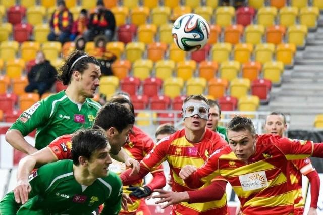 Mateusz Piątkowski (w masce) w ostatnim meczu zdobył dwie bramki i z 14 trafieniami przewodzi w klasyfikacji najskuteczniejszych piłkarzy ekstraklasy. Szansa na koronę króla strzelców jest duża.